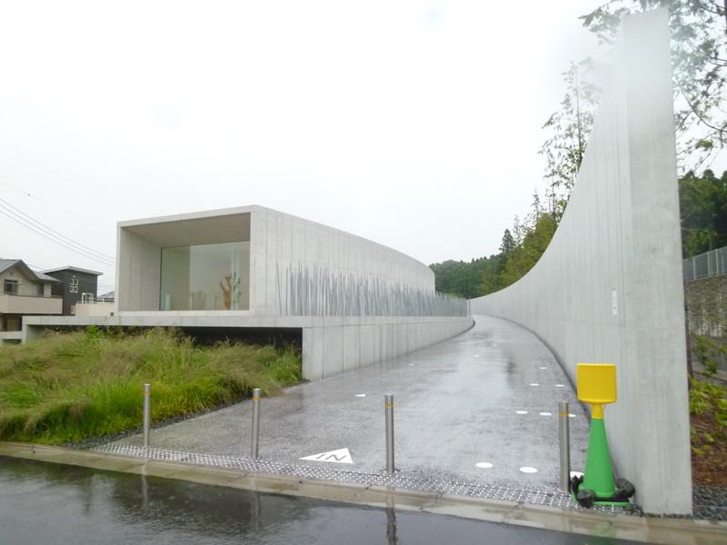 周りが住宅地の為、西側から見た美術館は、全然目立ちません。